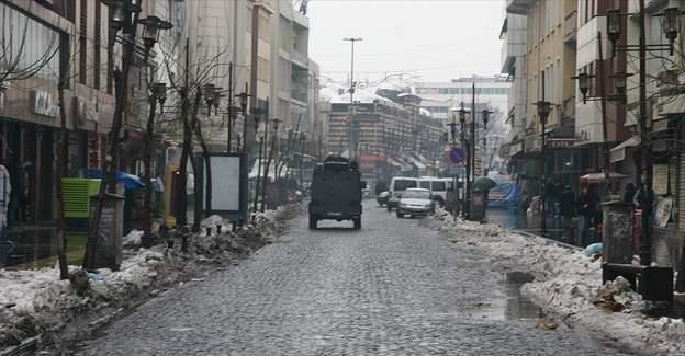 Sur'da teröristler alışveriş yapan kadını vurdu