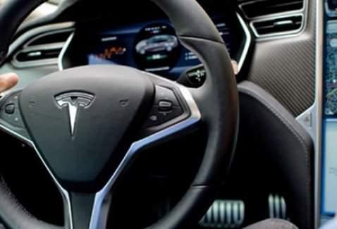 Tesla Summon yeni otomobillerini tanıttı