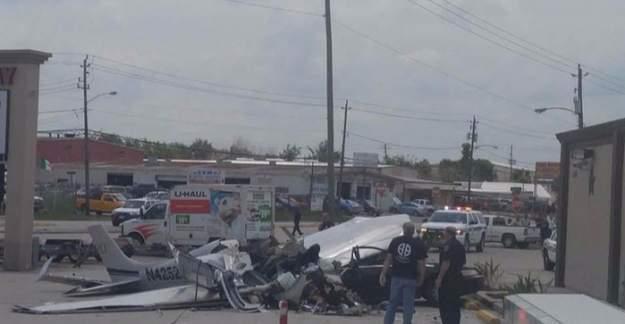 Uçak otomobilin üzerine düştü: 3 ölü