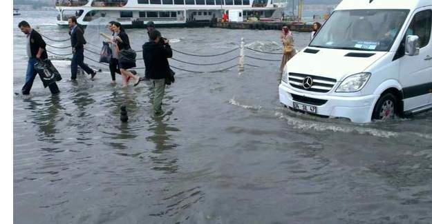 İstanbul bayrama yağmur ile girdi, yollar sel oldu