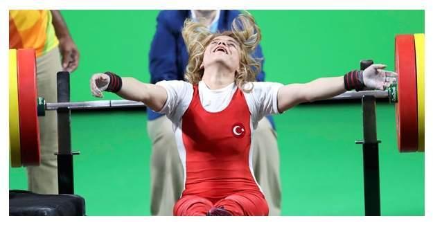 Milli haltercimiz Nazmiye Muratlı'dan altın madalyayla tarihe geçti!
