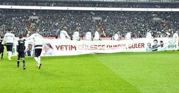Beşiktaş sahaya 'yetim gülerse dünya güler' pankartıyla çıktı