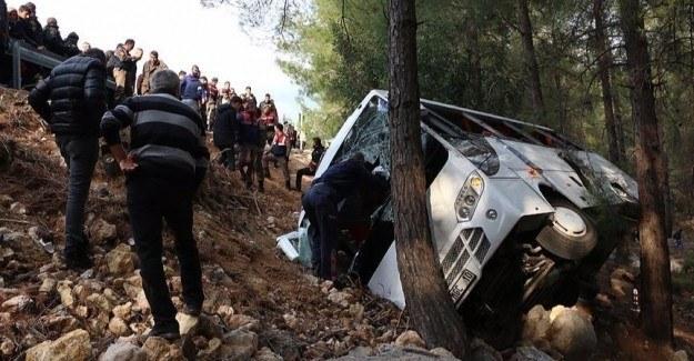 Minibüs şarampole yuvarlandı: 2 ölü, 16 yaralı