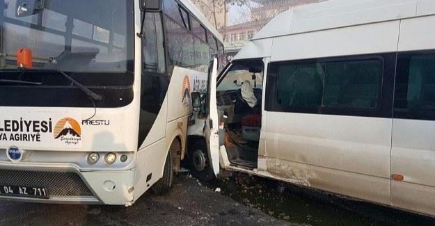 Öğrenci servisi ile belediye otobüsü çarpıştı: Öğrenciler yaralandı
