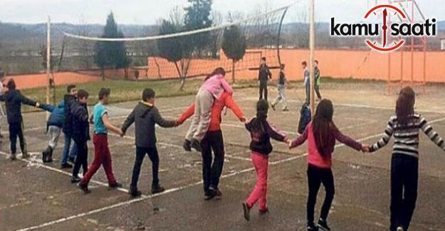 Öğrencisini sırtında taşıyan öğretmen Yahya Celep, gönüllerde taht kurdu