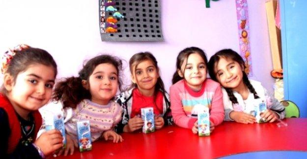 Van'da öğrencilere süt dağıtıldı.
