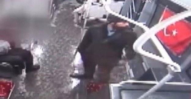 Türk bayrağına çirkin saldırı - Otobüste tekme tokat dövüldü
