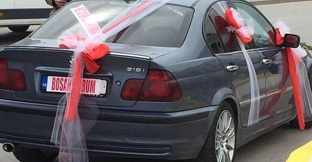 Adliye önünde 'Boşanıyorum' arabası
