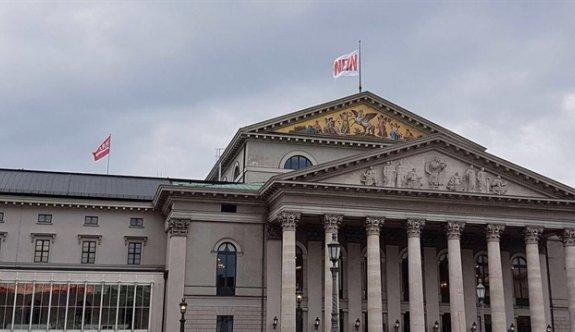 Almanya Münih'teki opera binasına 'nein' (hayır) bayrağı dikti!