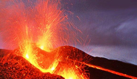 Endonezya'da yanardağ patladı, yaralı ve kayıplar var