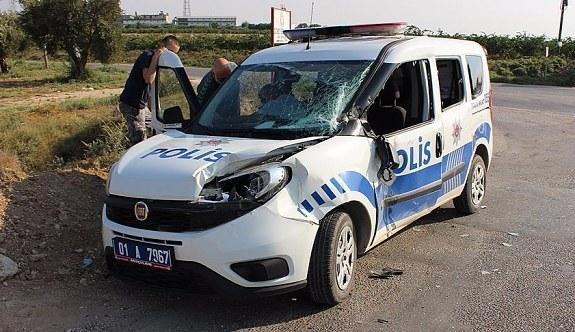 Kamyon ile polis aracı çarpıştı