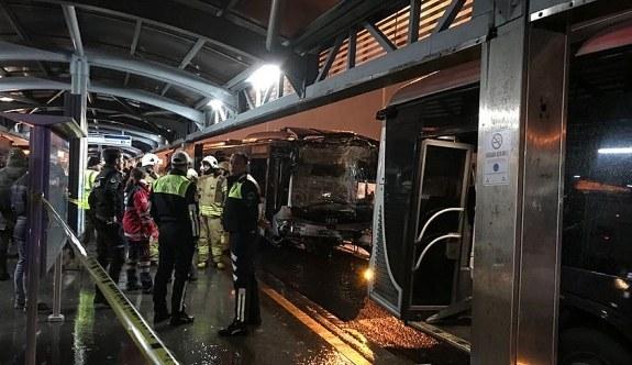 Haramidere'de metrobüs kazası! Çok sayıda yaralı var