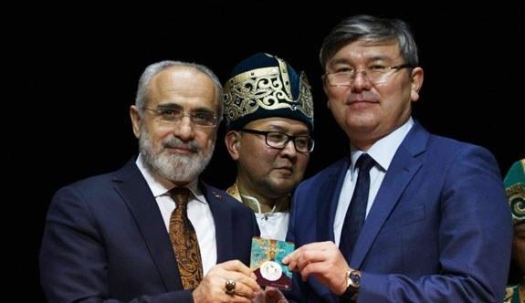 """Cumhurbaşkanı Başdanışmanı Yalçın Topçu'ya Kazak Hatıra Parası """"Gökbörü"""" Hediye Edildi"""