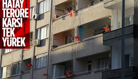 Hatay'da ev ve iş yerlerine Türk bayrağı asıldı