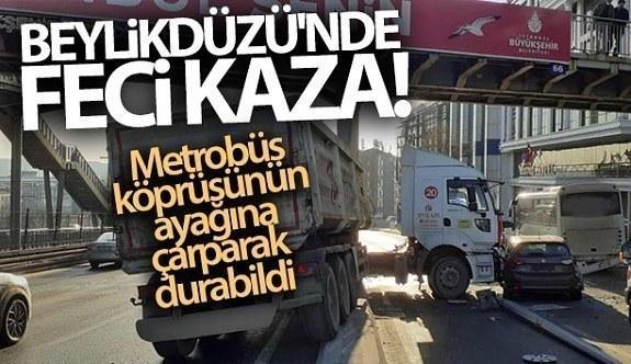 Beylikdüzü'nde feci kaza! Metrobüs köprüsünün ayağına çarparak durabildi