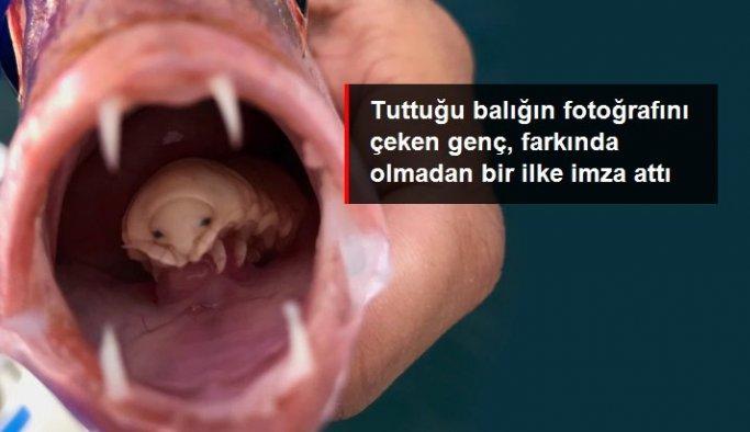 Tuttuğu balığın fotoğrafını çeken genç, farkında olmadan bir ilke imza attı