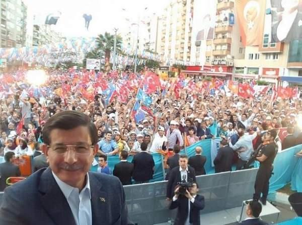 Başbakan Davutoğlu Kahramanmaraş mitinginde selfie çekti