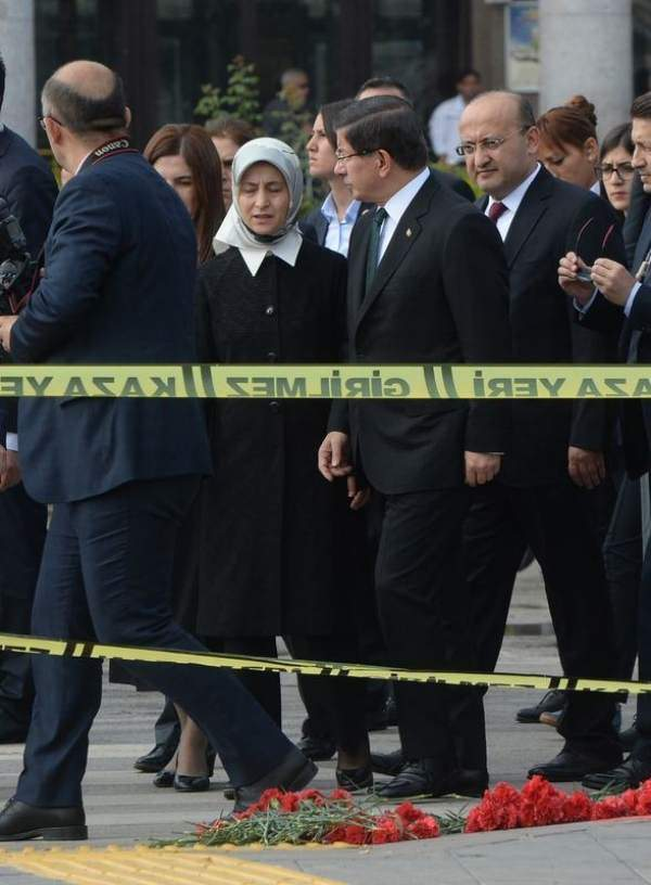 Başbakan patlama bölgesine karanfil bıraktı
