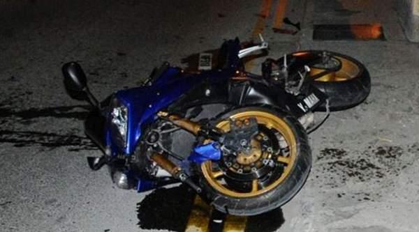 İş makinesine iki motosiklet çarptı, 1 kişi öldü