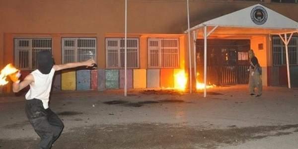 Silopi'de okullar basıldı. Teröristler öğretmen kaçırdı.