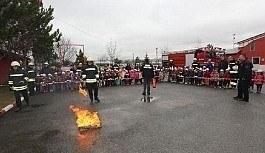 İtfaiye ekiplerinden anaokulu öğrencilerine yangın söndürme eğitimi