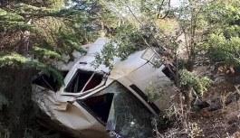Minibüs uçuruma düştü: Ölü ve yaralılar var
