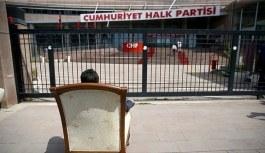 CHP önünde 'koltuk' eylemi! Partililer...