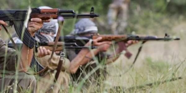 Yol kesen teröristler ile köy korucuları arasında çatışma çıktı